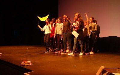 Les 6°2 et 3 sur la scène du théâtre Jean Bart à Saint Marc dans le cadre de -je lis du théâtre- !